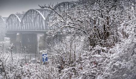 Most Piłsudskiego w Toruniu w śnieżnej scenerii, fot. Wojtek Szabelski