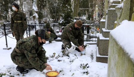 składanie kwiatów na grobch zasłużonych torunian
