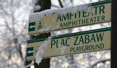 Ośnieżony drogowskaz do parkowego amfiteatru i placu zabaw