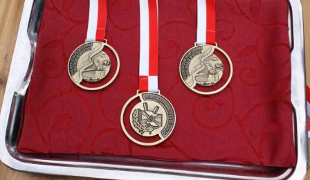 Na zdjęciu zbliżenie medali dla wioślarzy