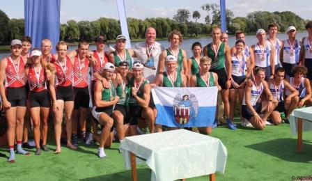 Na zdjęciu: młodzi wioślarze z Torunia pokazują zdobyte medale