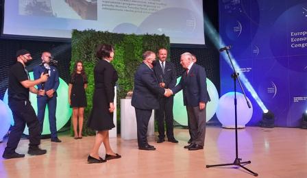 Prezydent Fiderewicz i dyrektor Mierzejewska odbierają nagrodę
