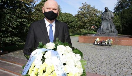 Na zdjęciu: prezydent Michał Zaleski składa kwiaty pod pomnikiem Jana Pawła II