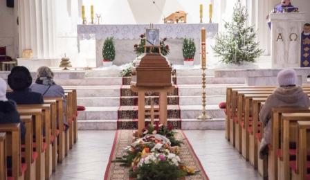 Na zdjęciu wnętrze kościoła Chrystusa Króla z trumną ze zdjęciem Aleksandra Rojewskiego