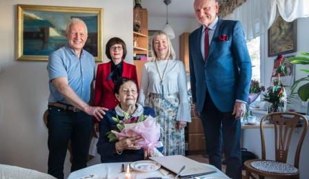 Na zdjęciu: stuletnia Jadwiga Maria pozuje do zdjęcia wraz rodziną, prezydentem Michałem Zaleskim i po dyrektora Urzędu Stanu Cywilnego Jadwigą Krzywdzińską
