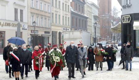 Delegacja miasta i uniwersytetu przed pomnikiem Mikołaja Kopernika