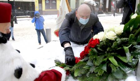Kwiaty pod pomnikiem składa prezydent Torunia Michał Zaleski