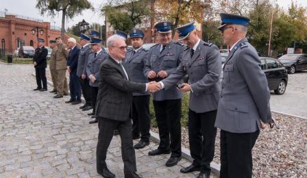 Starosta Marek Olszewski wita się z przedstawicielami policji
