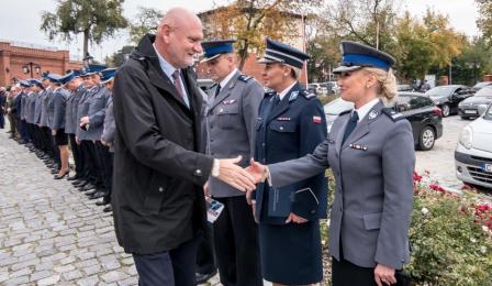 Na zdjęciu prezydent Michał Zaleski wita się z przedstawicielami policji