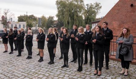 Na zdjęciu: uczennice i uczniowie klasy policyjnej z II Liceum Ogólnokształcącego w Toruniu