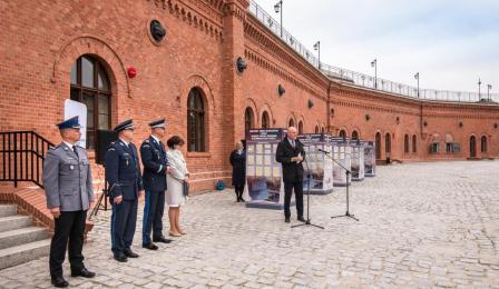 Na zdjęciu: przemawia prezydent Michał Zaleski, w tle ceglany mur Muzeum Twierdzy Toruń