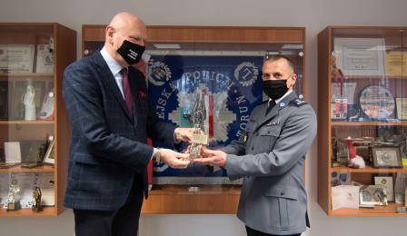 Na zdjęciu prezydent Michał Zaleski wręcza Szklanego Anioła młodszemu inspektorowi Krzysztofowi Lewandowskiemu