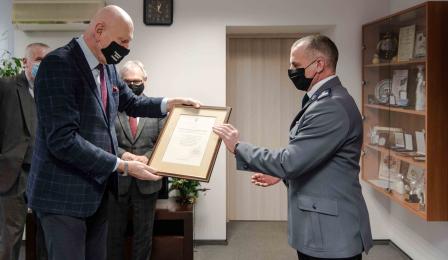 Na zdjęciu prezydent Michał Zaleski wręcza dyplom młodszemu inspektorowi Krzysztofowi Lewandowskiemu