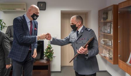 Na zdjęciu prezydent Michał Zaleski przybija żółwika młodszemu inspektorowi Krzysztofowi Lewandowskiemu
