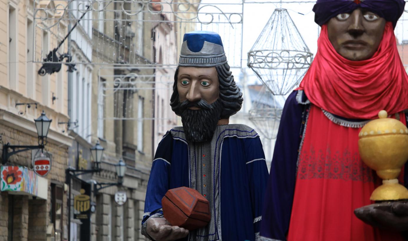 Olbrzymie figury trzech króli podążają ulicą Szeroką